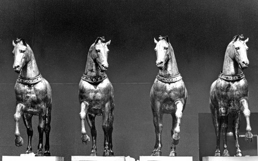 Restaurados em meados dos anos 1970, o conjunto equestre foi depois exibido em diversos países. Na fotografia de 1981, os quatro cavalos expostos em Milão, no Palazzo Reale. Imagem: © Archivio Storico Olivetti.