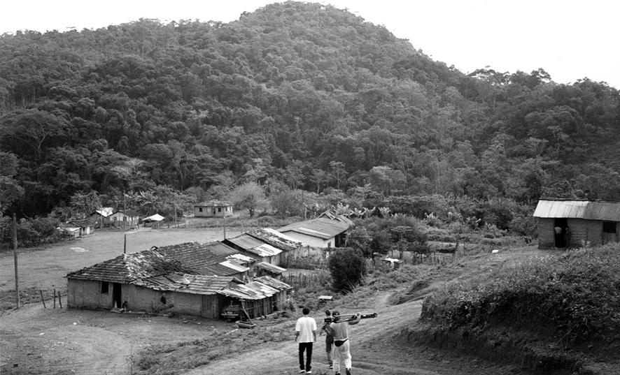 Julho de 1997. A comunidade de Pilões vista do alto, a partir da chegada ao povoado. Em primeiro plano, a equipe desce para mais um dia na produção do documentário Taipa de Mão, Casa de Caboclo. Imagem: Silvio Luiz Cordeiro.