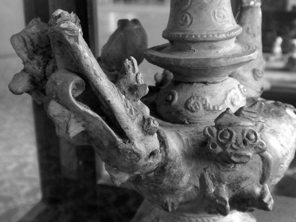 Um vaso de gargalo com apliques zoomórficos, típico da cerâmica tapajônica, exposto no Museu João Fona, em Santarém, Pará. Imagem: © Silvio Luiz Cordeiro.