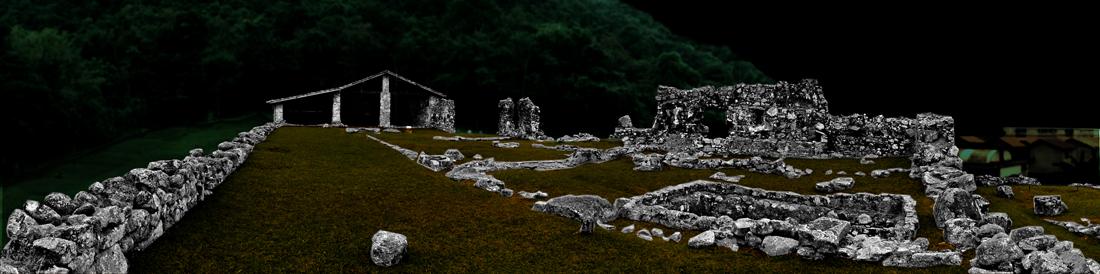 Vista noturna das ruínas do chamado Engenho São Jorge dos Erasmos, sítio arqueológico histórico na cidade de Santos. Imagem: © Silvio Luiz Cordeiro.