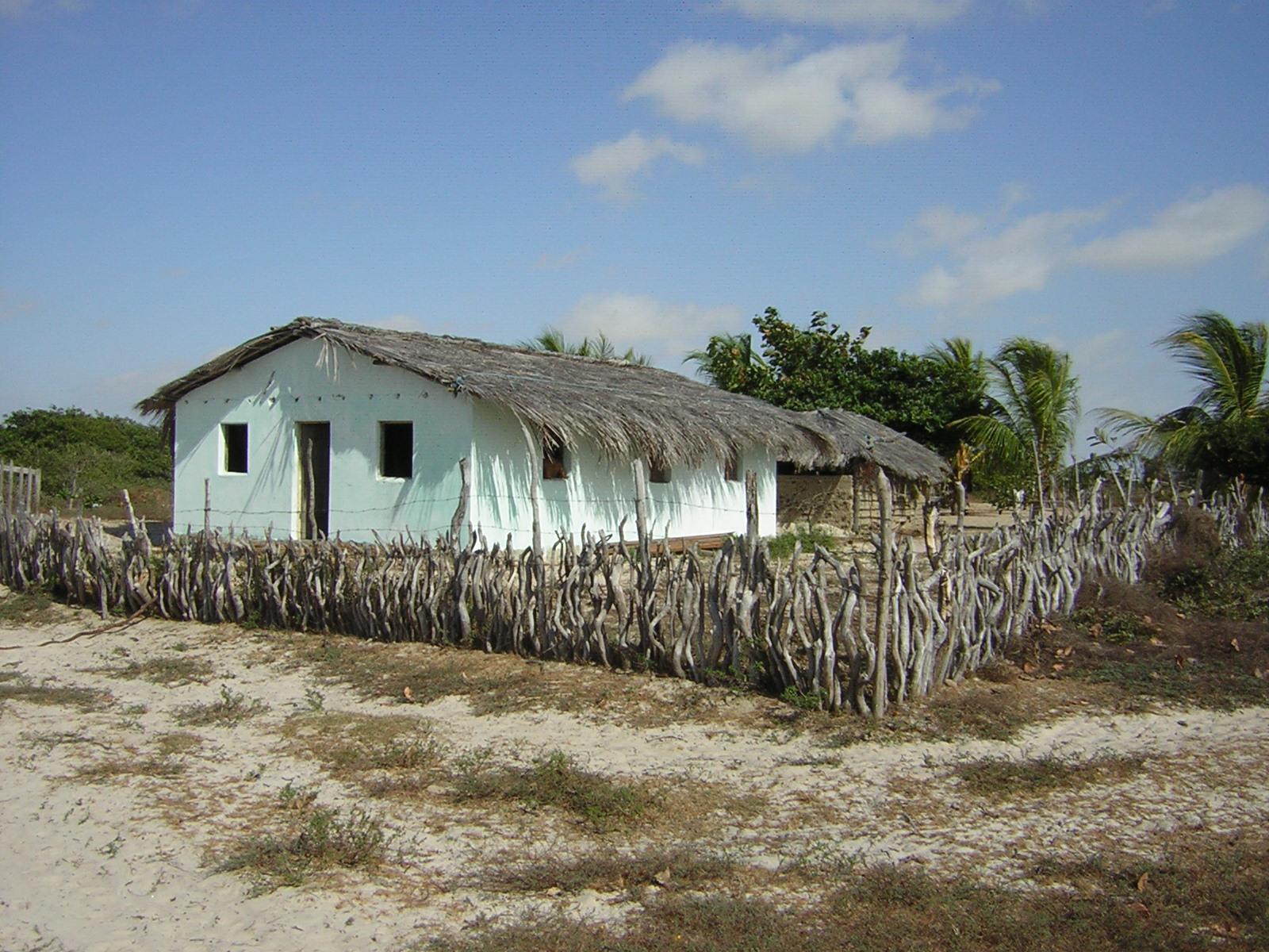 Em Rio Novo, nos Pequenos Lençóis Maranhenses, a Casa de José e Rosilda, construída em adobe e coberta com folhas de buriti.